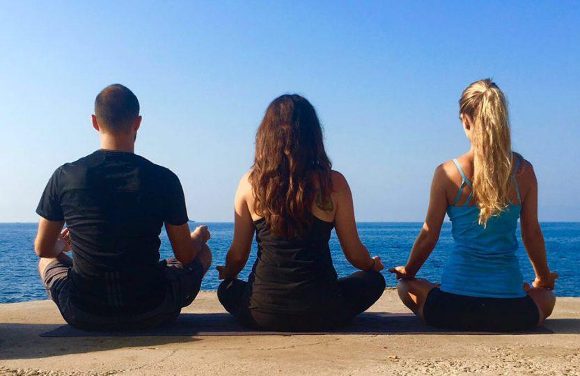 Yogis en méditation face à la mer